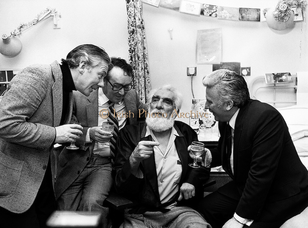 A few friends drop by to celebrate Noel Purcell's eighty-first birthday with him in the Adelaide Hospital, Dublin. (l–r): Gay Byrne, Hal Roche, Noel Purcell and Joe Lynch, as they sing an old song from many years ago.<br />