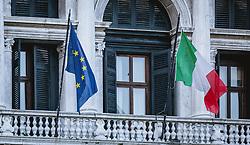 THEMENBILD - die Fahne von Italien und der Europäischen Union (EU) an einer Hausfassade, aufgenommen am 05. Oktober 2019 in Venedig, Italien // the flag of Italy and the European Union (EU) on a house façade, in Venice, Italy on 2019/10/05. EXPA Pictures © 2019, PhotoCredit: EXPA/Stefanie Oberhauser