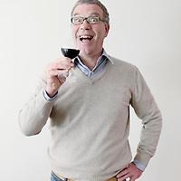 Nederland, Amsterdam , 2 maart 2010..Harold Hamersma is wijnjournalist van onder andere Het Parool en HP/De Tijd, waarin hij wekelijks publiceert. Van zijn hand verschenen meerdere wijnboeken, waaronder de jaarlijkse bestseller De Wijnalmanak. In 2008 won hij de Vinos de España Prijs voor de Pers. Hamersma is regelmatig te horen op de radio en te zien op tv, evenals op zijn eigen, succesvolle website FoodTube.nl..Foto:Jean-Pierre Jans