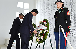 US-Präsident Barack Obama und Japans Premier Shinzo Abe beim Gedenken an die Opfer des japanischen Angriffs auf Pearl Harbor vor 75 Jahren / 271216<br /> <br /> <br /> <br /> ***Japanese Prime Minister Shinzo Abe (C) and U.S. President Barack Obama lay wreaths at the USS Arizona Memorial at Pearl Harbor in Hawaii on Dec. 27, 2016, to commemorate those who died in the Japanese surprise attack in 1941.***
