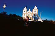 Cabrobo_PE, 15 de Agosto de 2009..Projeto Os Chicos..Francisquinho Quirino e sua mae. Ao fundo, a igreja Igreja Matriz de Nossa Senhora da Conceicao..Foto: LEO DRUMOND / NITRO