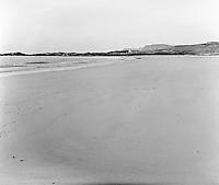 Vigra 20120420. <br /> Sjø og hvit sand på Blimsanden på Vigra i Giske kommune. Den hvite bygningen i bakgrunnen er et fyrtårn.<br /> Foto: Svein Ove Ekornesvåg