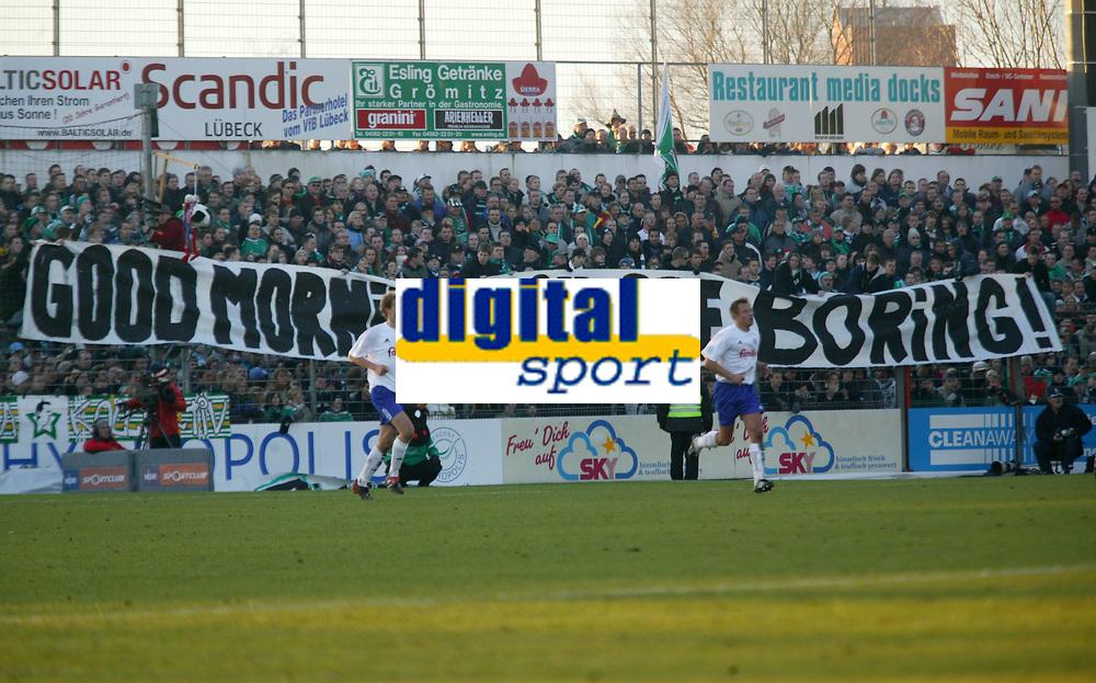 Fotball<br /> Bundesliga Tyskland<br /> Foto: imago/Digitalsport<br /> NORWAY ONLY<br /> <br /> 19.11.2005  <br /> <br /> Die Lübecker Fans fühlen sich von den Kieler Spielern gelangweilt: Good Morning, you are boring