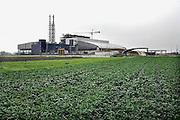 Italie, Napels, 6-3-2008..De toekomstige afvalverbrandingsinstallatie bij Acerra. De stad weet met zijn afval geen raad meer en in het hele gebied liggen illegale hopen afval. Een nieuwe vuilverbrandingsoven is pas in 2009 bedrijfsklaar. Tot die tijd heeft de maffia, camorra grote invloed op de afvalverwerking van deze stad...Industrieel afval en huishoudelijk afval veroorzaken grote water en bodemvervuiling, terwijl de streek een belangrijk tuinbouwgebied is...Foto: Flip Franssen