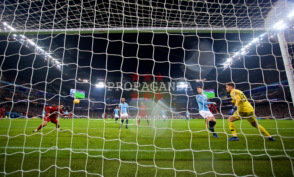 MANCHESTER, ENGLAND - Thursday, January 3, 2019: Liverpool's Roberto Firmino scores the first equalising goal during the FA Premier League match between Manchester City FC and Liverpool FC at the Etihad Stadium. (Pic by David Rawcliffe/Propaganda)