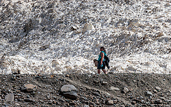 THEMENBILD - eine Frau wandert zwischen Steinlandschaft und einem Schneefeld, aufgenommen am 15. Juni 2017, Kaprun, Österreich // A woman hiking between stone landscape and a snow field on 2017/06/15, Kaprun, Austria. EXPA Pictures © 2017, PhotoCredit: EXPA/ JFK