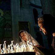 Jérusalem, israël, le dimanche 17 avril 2011 - Deux femmes allument un cierge pour célébrer le début de la semaine pascale en l'église du saint Sépulcre.