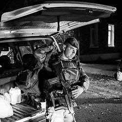 mardi 4 octobre 2016, 23h00, Versailles. Retour au camp de Satory d'un légionnaire du 2ème Régiment Etranger d'Infanterie, 17 heures après s'être installé dans ce véhicule pour rejoindre son lieu de patrouille. <br /> <br /> Découvrir le livre Sentinelles, ils veillent sur Paris http://www.editionspierredetaillac.com/nos-ouvrages/catalogue/beaux-livres/sentinelles-ils-veillent-sur-paris