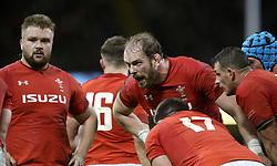 Wales' Alun Wyn Jones (centre) speaks to his team-mates