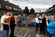 Inwoners van de Utrechtse volkswijk Ondiep fotograferen een Utrechtse zanger die net heeft opgetreden tijdens het buurtfeest 'Vredig Ondiep' in de Boomgaardlaan<br /> <br /> People of the neighbourhood Ondiep are photographing a Dutch singer