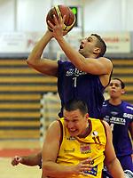 Basketball<br /> BLNO<br /> 22.09.2012<br /> Frøya Basket (Y) v Tromsø Storm (V)<br /> Foto: Morten Olsen, Digitalsport<br /> <br /> Hani Issalhi - Tromsø<br /> Edmunds Gabrans - Frøya
