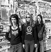 Die drei Schwestern bilden eine Rockband: the G's. Trois soeurs forment un groupe de metall: les G's. © Romano P. Riedo
