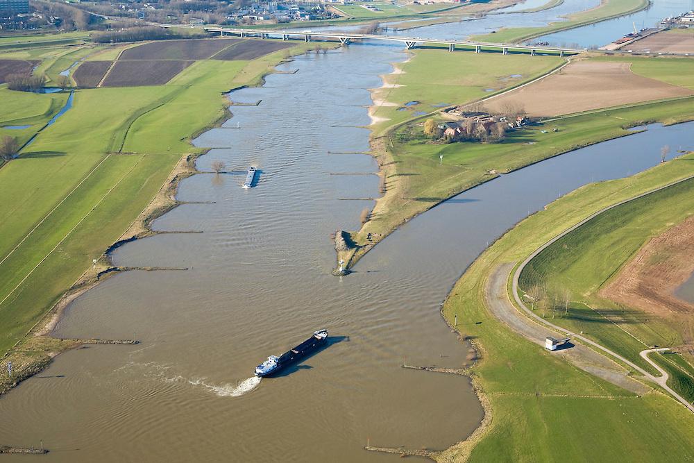Nederland, Gelderland, Arnhem, 11-02-2008; IJsselkop, op dit punt splist de rivier de Rijn: naar links de Neder-Rijn met Andrej Sacharovbrug en Arnhem in de achtergrond; naar rechts de IJssel; de IJssel is gekanaliseerd, de Rijnoevers hebben kribben i.v.m. bevaarbaarheid van de rivier, het voorkomen van afzetting van sediment; binnenvaart, beroepsvaart, rijnaak, verkeer en vervoer, scheepvaart, waterbeheer, ijssel kop ..luchtfoto (toeslag); aerial photo (additional fee required); .foto Siebe Swart / photo Siebe Swart