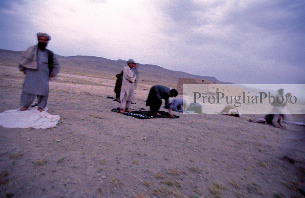 Afghanistan CameraOscura, il libro fotogiornalistico:..Il racconto dettagliato dei 23 giorni di prigionia, le brevi conversazioni con i sequestratori, i pensieri, le emozioni e, infine, la liberazione di Gabriele..L'autore, dopo aver trascorso un lungo periodo di riflessione e di silenzio,  racconta per la prima volta l'intera vicenda del suo rapimento, descrivendo non solo la segregazione ma anche i momenti chiave che hanno preceduto la sua cattura e che, a suo parere, rivelano i motivi e i mandanti del rapimento.  .Il racconto inizia nel 2001, con il giovane giornalista che frequenta per circa un mese l'Ambasciata dei Taliban, e prosegue sino al 2006, quando viene trasportato per otto ore nel portabagagli di un'autovettura, incappucciato e incatenato, per poi essere consegnato a un uomo di Emergency. .La narrazione, costruita con parole e immagini fotografiche efficaci e talvolta crude, non concede nulla all'esibizione e allo spettacolo, ma avvicina il lettore alle diverse realtà e situazioni Afghane, attraverso una serie di Appunti di Viaggio e Incontri di un italiano vestito - ma non travestito - da afghano..Il libro offre un frammento di autobiografia nella quale il lettore viaggia lungo i sentieri afghani, accanto a Gabriele che lo aiuta a comprendere un mondo che ci appare estraneo solo perché ne ignoriamo le diversità storico culturali o le affinità spirituali e umane...Afghanistan CameraOscura  di Kash Gabriele Torsello                 .320 Pagine   180 Fotografie   EUR 35.00. ISBN 978-88-90617300 .ISBN-A 10.978.88906173/00.© KASH GT 2001 - 2011..5 Anni di lavoro e di indagini per concludere e pubblicare Afghanistan CameraOscura,.il libro fotogiornalistico di Kash Gabriele Torsello...320 Pagine tra fotografie, interviste e testimonianze inedite che ripercorrono.l'Afghanistan dal Kyber Pass a Kabul, Khost, Badakshan, Kandahar, Lashkar-Gah.e Musa Qala...Il racconto inizia nel 2001, con il giovane giornalista che frequenta per circa un mese.l'Ambasciata dei Ta