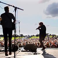 Nederland, Amsterdam , 22 augustus 2014.<br /> he Brave is het eerste openlucht festival van Nederland dat zich volledig richt op singer/songwriter, indie en folk muziek. Het fonkelnieuwe eendaagse buitenfestival in Amsterdam haakt in op de revival van de singersongwriter en zet de traditie van troubadours voort. Een DJ zul je er niet tegenkomen. Wel up & coming artiesten die op zaterdag 23 augustus optreden in het pas ontdekte landgoed met amphitheater tussen Haarlem en Amsterdam.<br /> Op de foto: Town of Saints uit Groningen tijdens hun life act.<br /> Foto:Jean-Pierre Jans