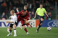 Fotball<br /> Foto: Inside/Digitalsport<br /> NORWAY ONLY<br /> <br /> Paul Scholes (Manchester) fouls Francesco Totti (Roma)<br /> Il fallo di Paul Scholes su Francesco Totti che costera' l'espulsione al giocatore inglese<br /> <br /> Champions League 2006-07 <br /> 4 April 2007 (Quarter-Finals 1st leg) <br /> Roma v Manchester United (2-1)