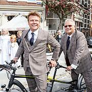 NLD/Amsterdam/20150526 - Boekpresentatie Huisje, Boompje, Buikje van Bastiaan Ragas, met vader Ben ragas op een fiets
