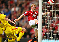 Fotball<br /> England <br /> Manchester United v Liverpool<br /> Foto: Propaganda/Digitalsport<br /> NORWAY ONLY<br /> <br /> MANCHESTER, ENGLAND - SUNDAY, OCTOBER 22nd, 2006: Manchester United's Paul Scholes beats Liverpool's Sami Hyypia to score the opening goal during the Premiership match at Old Trafford.