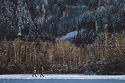 THEMENBILD - zwei Personen beim spazieren gehen in der Winterlandschaft, aufgenommen am 10. Januar 2021 in Zell am See, Oesterreich // Two people walking in the winter landscape in Zell am See, Austria on 2021/01/10. EXPA Pictures © 2021, PhotoCredit: EXPA/ JFK