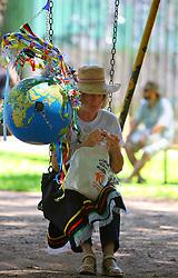 Um manifestante repousa em um balanço de pracinha durante o encerramento do Fórum Social Mundial 2010, em 29 de janeiro de 2010, em Porto Alegre, Brasil. O Fórum terminou com discussões sobre o desenvolvimento sustentável, direitos civis e as questões ambientais. FOTO: Jefferson Bernardes/Preview.com