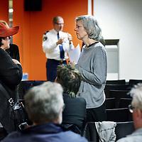 Nederland, Amsterdam , 11 april 2013.<br /> tweede bewonersavond van het Huygens College.<br /> Na afloop werd er nog tussen bewoners, wijkagent  en mensen van de school van gedachte gewisseld.<br /> Foto:Jean-Pierre Jans