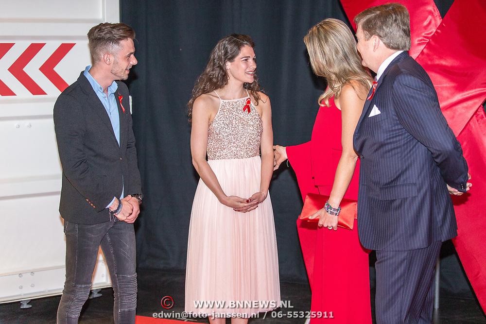 NLD/Amsterdam/20180516 - Koningspaar bij Red Ribbon Concert, Koning Willem Alexander en Koningin Maxima begroeten Anne en Chris