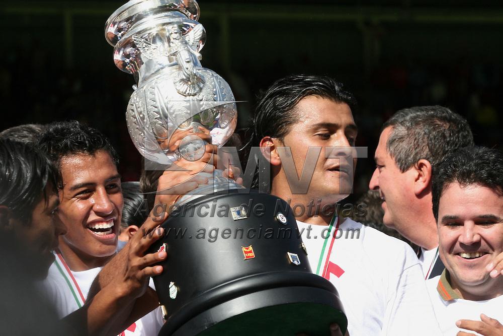 Toluca, Mex.- Diego Martinez del equipo Chivas del Guadalajara celebra cargando la copa al resultar ganadores en la final del torneo de Apertura 2006 del futbol Mexicano, con marcado global de 3 goles por 2 contra el equipo Toluca. Agencia MVT / Mario Vazquez de la Torre. (DIGITAL)<br /> <br /> <br /> <br /> <br /> <br /> <br /> <br /> NO ARCHIVAR - NO ARCHIVE