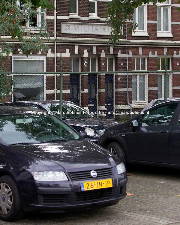 den bosch, ns wil een parkeergarage bouwen op de plek waar nu geparkeerd wordt.De bewoners van de Mayweg gaan tegen een  betonnen blok kijken.