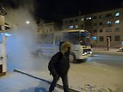 Abendliche Strassenszene in der Innenstadt von Jakutsk. Jakutsk wurde 1632 gegruendet und feierte 2007 sein 375 jaehriges Bestehen. Jakutsk ist im Winter eine der kaeltesten Grossstaedte weltweit mit durchschnittlichen Winter Temperaturen von -40.9 Grad Celsius. Die Stadt ist nicht weit entfernt von Oimjakon, dem Kaeltepol der bewohnten Gebiete der Erde.<br /> <br /> Evening street scene in the city center of Yakutsk. Yakutsk was founded in 1632 and celebrated 2007 the 375th anniversary. Yakutsk is a city in the Russian Far East, located about 4 degrees (450 km) below the Arctic Circle. It is the capital of the Sakha (Yakutia) Republic (formerly the Yakut Autonomous Soviet Socialist Republic), Russia and a major port on the Lena River. Yakutsk is one of the coldest cities on earth, with winter temperatures averaging -40.9 degrees Celsius.