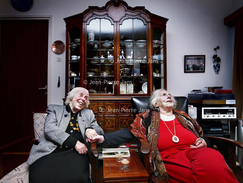 Nederland, Bosch en Duin , 7 november 2012..Overlevenden van de 2e Wereldoorlog die ook nog de Kristallnacht hebben meegemaakt,Ruth Wallage-Binheim (r) en links verzetsstrijdster Hebe Kohlbrugge.Two survivers of World War II Ruth Wallage-Binheim (r) and Hebe Kohlbrugge (l)