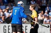 AMSTELVEEN  - Hockey -  1e wedstrijd halve finale Play Offs dames.  Amsterdam-Bloemendaal (5-5), Bl'daal wint na shoot outs. Jonas van 't Hek met  Jaap Stockmann (Bldaal) tijdens de shoot outs.  COPYRIGHT KOEN SUYK