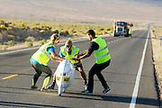 Aurelien Bonneteau wordt gevangen na de avondrun op de derde dag van de races. In Battle Mountain (Nevada) wordt ieder jaar de World Human Powered Speed Challenge gehouden. Tijdens deze wedstrijd wordt geprobeerd zo hard mogelijk te fietsen op pure menskracht. Het huidige record staat sinds 2015 op naam van de Canadees Todd Reichert die 139,45 km/h reed. De deelnemers bestaan zowel uit teams van universiteiten als uit hobbyisten. Met de gestroomlijnde fietsen willen ze laten zien wat mogelijk is met menskracht. De speciale ligfietsen kunnen gezien worden als de Formule 1 van het fietsen. De kennis die wordt opgedaan wordt ook gebruikt om duurzaam vervoer verder te ontwikkelen.<br /> <br /> In Battle Mountain (Nevada) each year the World Human Powered Speed Challenge is held. During this race they try to ride on pure manpower as hard as possible. Since 2015 the Canadian Todd Reichert is record holder with a speed of 136,45 km/h. The participants consist of both teams from universities and from hobbyists. With the sleek bikes they want to show what is possible with human power. The special recumbent bicycles can be seen as the Formula 1 of the bicycle. The knowledge gained is also used to develop sustainable transport.