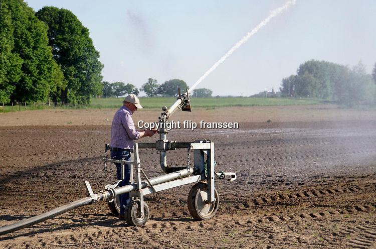 Nederland, Leuth, 21-5-2020 Een boer in de Ooijpolder stelt zijn waterkanon in . Door de aanhoudende droogte vraagt het land extra water die hier nog opgepompt mag worden .Foto: Flip Franssen