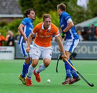 BLOEMENDAAL - Floris Wortelboer (Bldaal) met Pepijn Luijkx (Kampong) en Sander de Wijn (Kampong)    tijdens finale van de play-offs om de Nederlandse titel, Bloemendaal tegen titelhouder Kampong (1-2). Door de overwinning van Kampong volgt er zondag een derde wedstrijd.   COPYRIGHT KOEN SUYK