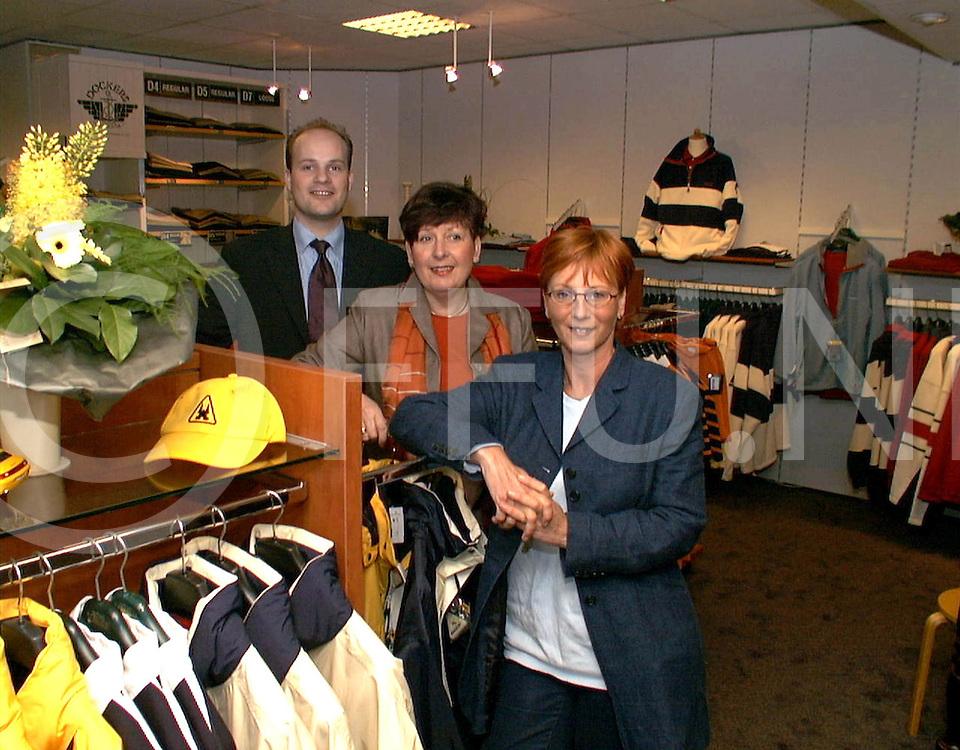 Fotografie Frank Uijlenbroek©2001/maurice blok.010323 Ommen Ned.fu010323_02.op de foto de twee medewerkers van kledingwinkel Mark mode met op de achtergrond dhr Mark zelf.
