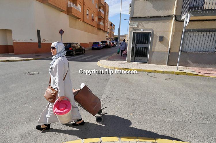 Spanje, El Ejido, 6-11-2019 Straatbeeld uit El Ejido . In dit deel van Andalucie worden veel groente en fruit verbouwd die hun weg vinden via de export naar o.a. Nederland . Het wordt de zee van plastic genoemd. Komende week zijn er algemene verkiezingen in Spanje en de populistische partij Vox heeft hier een grote aanhang. In de kassen werken voornamelijk migranten uit Afrika, en arbeidsmigranten uit Oost-Europa die een laag loon uitbetaald krijgen, tussen de 30 en 40 euro per 8 urige dag, werkdag, afhankelijk van de werkgever. Er wordt door de kaseigenaren en transportbedrijven goed verdiend maar de boeren vinden dat ze teveel negatieve aandacht krijgen in de media in noord-europa. Foto: Flip Franssen