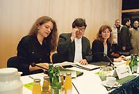 08.02.1999, Deutschland/Bonn:<br /> Antje Radcke, B90/Grüne Sprecherin des Bundesvorstandes, Reinhard Bütikofer, Bundesgeschäftsführer B90/Grüne, Gunda Röstel, B90/Grüne Sprecherin des Bundesvorstandes, vor Beginn des 2. Parteirates von Bündnis 90/Die Grünen, Beethovenhalle, Bonn<br /> IMAGE: 19990208-02/01-26<br />  <br /> KEYWORDS: Reinhard Buetikofer, Gunda Roestel