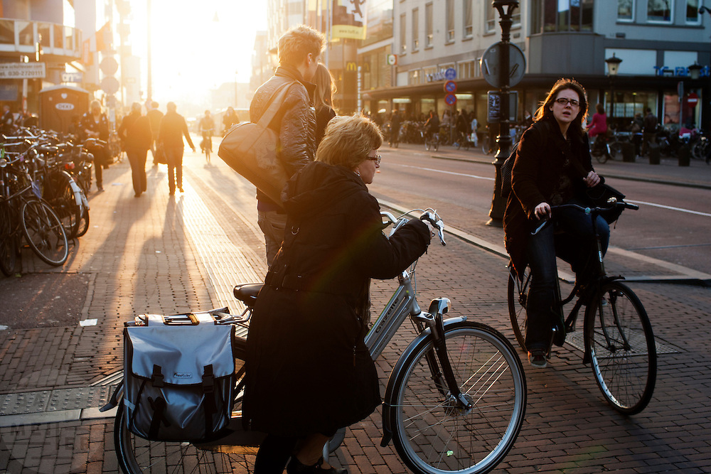 Fietsers in het avondlicht in Utrecht.<br /> <br /> Cyclists at twilight in Utrecht.