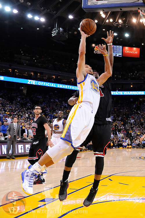 November 20, 2015; Oakland, CA, USA; Golden State Warriors guard Stephen Curry (30) shoots the basketball during the fourth quarter against the Chicago Bulls at Oracle Arena. The Warriors defeated the Bulls 106-94.