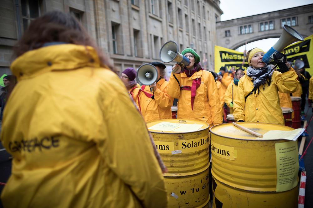 """Großdemonstration """"Wir haben es satt"""" anlässlich der Agrarmesse Grüne Woche: Mehrere zentausend Menschen protestieren in Berlin unter dem Motto """"Agrarkonzerne: Finger weg von unserem Essen!"""" für gesundes Essen, bäuerlich-ökologischere Landwirtschaft und fairen Handel. <br /> <br /> [© Christian Mang - Veroeffentlichung nur gg. Honorar (zzgl. MwSt.), Urhebervermerk und Beleg. Nur für redaktionelle Nutzung - Publication only with licence fee payment, copyright notice and voucher copy. For editorial use only - No model release. No property release. Kontakt: mail@christianmang.com.]"""