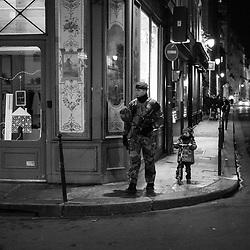 samedi 24 décembre 2016, 18h25, Paris III. Militaire du 8ème Régiment Parachutiste d'Infanterie de Marine en patrouille dans les rues parisiennes le soir du réveillon de Noël.