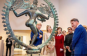 Koning Willem-Alexander en koningin Maxima bekijken in het Rijksmuseum het bronzen beeld van Shiva Nataraja. De koning en koningin zijn in het museum voor een seminar over de relatie tussen Nederland en India. <br /> <br /> King Willem-Alexander and Queen Maxima view the bronze statue of Shiva Nataraja in the Rijksmuseum. The king and queen are in the museum for a seminar about the relationship between the Netherlands and India.