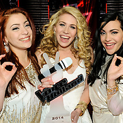 NLD/Hilversum/20141219- Finale The Voice of Holland 2014, winnaars O'gene met hun troffee