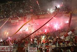 Torcida do colorado comemora o título da Copa Libertadores da América 2006  após a partida da final que foi realizada no Estádio Beira Rio, em Porto Alegre. FOTO: Jefferson Bernardes/Preview.com
