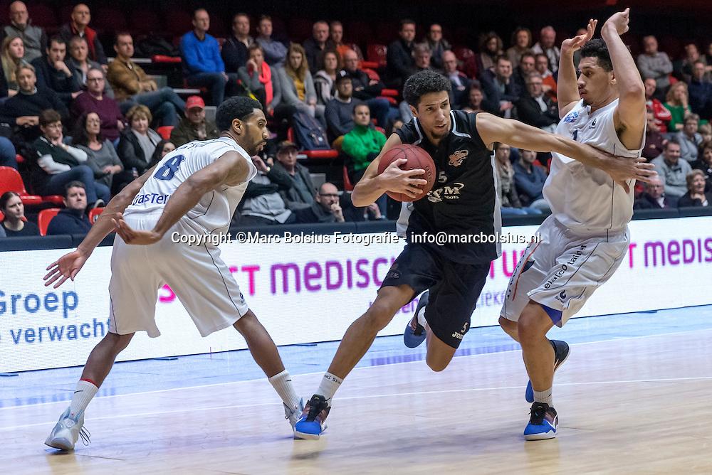 Nederland,  Den Bosxch, basketbalwedstrijd tussen SPM Shoeters en Donar. Leon Williams  voor Shoeters en links Jason Dourisseau