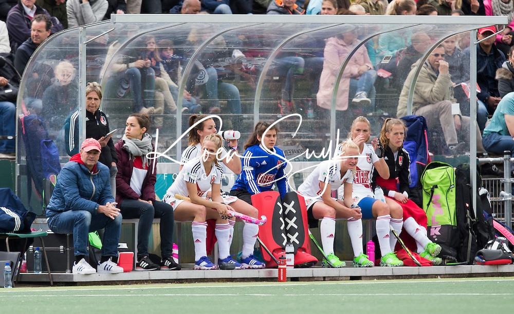 AMSTELVEEN -  De bank  (A'dam)   tijdens de tweede halve finalewedstrijd in de Play offs tussen Amsterdam en  SCHC (2-0).  Amsterdam gaat door naar de finale. COPYRIGHT KOEN SUYK