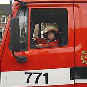 Brandweer Huizen haalt bomen weg, Dennis Veerman in brandweerauto