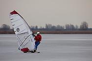 IJssurfen op het Lauwersmeer bij Ezumakeeg.