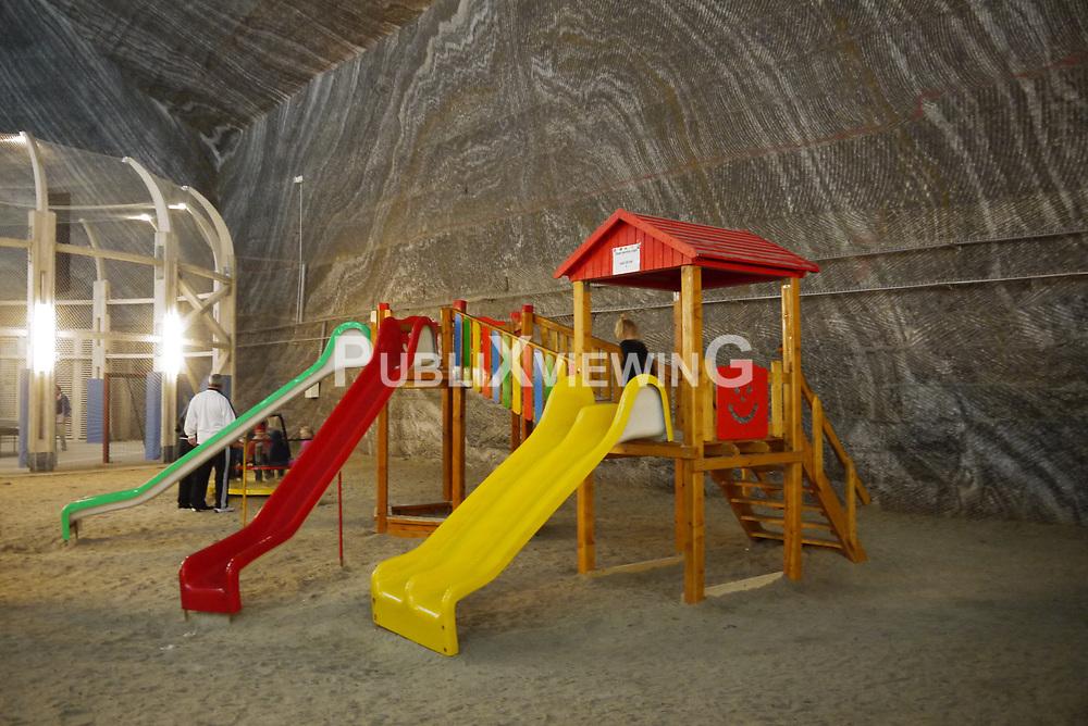 """Von der Nichteignung des Salzstockes Gorleben für die Lagerung von Atommüll überzeugt, hat die Bürgerinitiative (BI) Uelzen gegen Atomanlagen im Ausland nach Lösungen gesucht, wie der Salzstock in zukünftig genutzt werden könnte. Fündig wurde die BI im Städtchen Turda im rumänischen Transsylvanien. Der Salzstock wird dort erfolgreich als Freizeitpark betrieben. Für Groß und Klein wird einiges geboten: Konzerte, Historie des Salzabbaus, Sicherungsmaßnahmen, Kegelbahn, Riesenrad, Billiard, Tischtennis, Minigolf und ein Spielplatz. Wie für einen Salzstock üblich gibt es Wasserzuflüsse, was Bootsfahrer unter Tage freut, was aber eben auch aus den Atommülllagern Asse und Morsleben bekannt und im Gorlebener Salzstock ebenso gegeben ist. Diese Wasserzuflüsse sind nicht vereinbar mit der Lagerung von Atommüll, da Korrosion frei Haus gleich für die Lagerbehälter mitgeliefert wird. Für ein künftiges """"Bad Gorleben"""" wäre Wasser im Salzstock aber ideal..."""