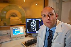 O médico radiologista, Dr. Marcelo Abreu, trabalha com exames de ressonância magnética e PET CT e é o principal autor de um trabalho brasileiro que descobriu uma doença nova de joelho, que antes era confundida com lesões. FOTO: Jefferson Bernardes/Preview.com